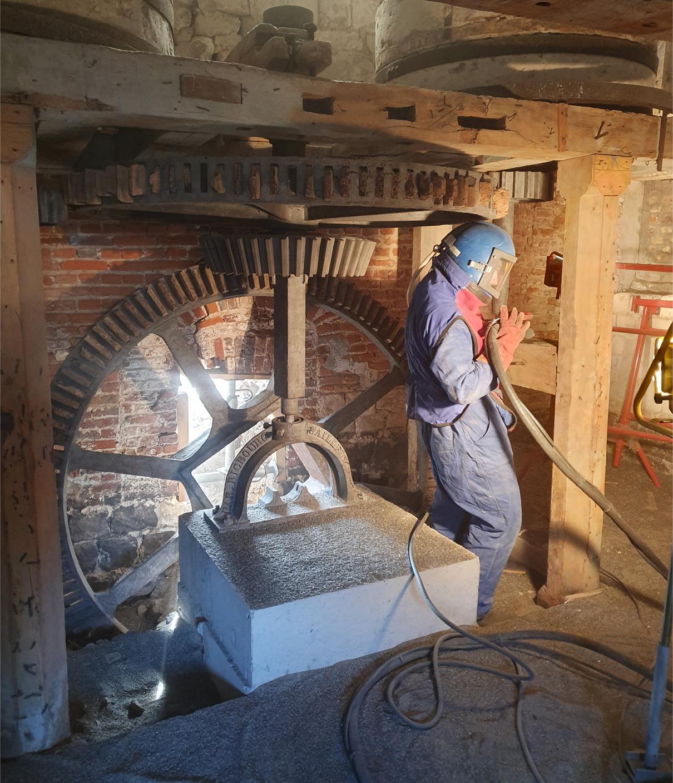 Sablage d'un mécanisme de moulin à Thenelles